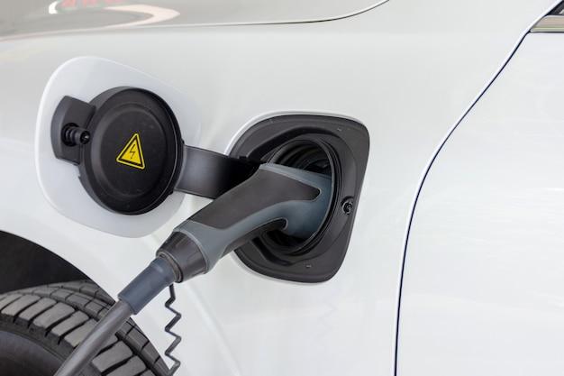 電気自動車のバッテリーを充電する Premium写真