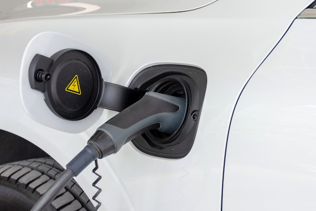 Зарядка аккумулятора электромобиля Premium Фотографии