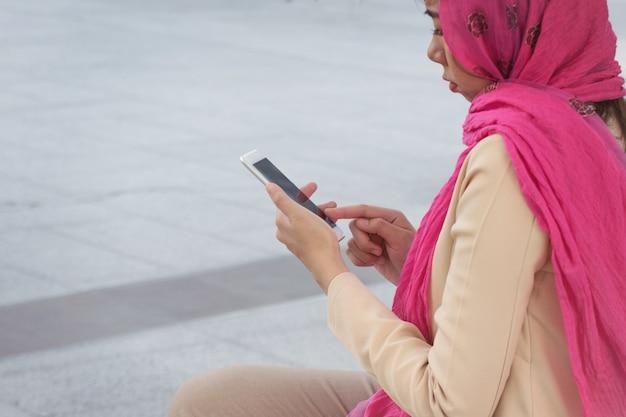 都市の携帯電話でアラブ人のメッセージを伝える Premium写真