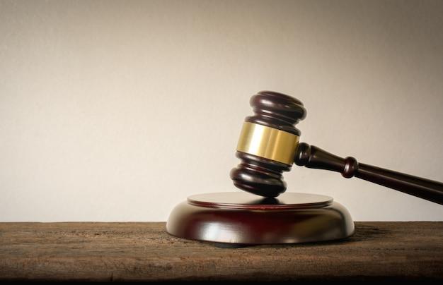 裁判官ウッドハンマー法裁判官の背景の概念。 Premium写真