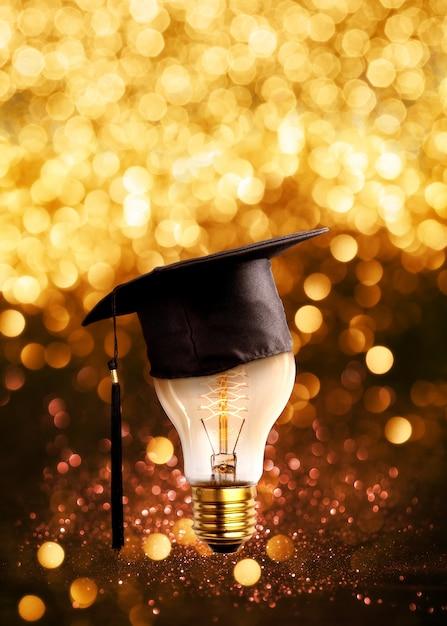おめでとう卒業生は、キラキラライトグランジ背景と電球のキャップします。 Premium写真