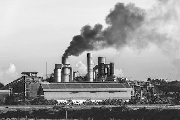 スモークスタック黒と白のトーンを持つ化学工場 Premium写真