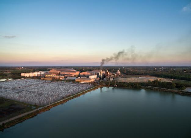 夕暮れ時の廃水処理とドローン砂糖工場からの空撮。 Premium写真