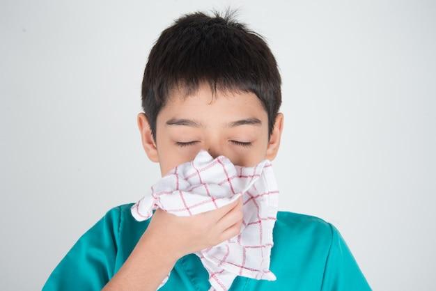 ティッシュを使ったインフルエンザからのくしゃみや咳 Premium写真