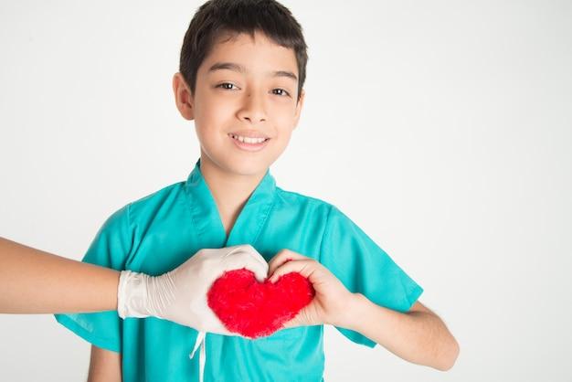 子供と医師の手が心をつないで互いに触れ合う Premium写真