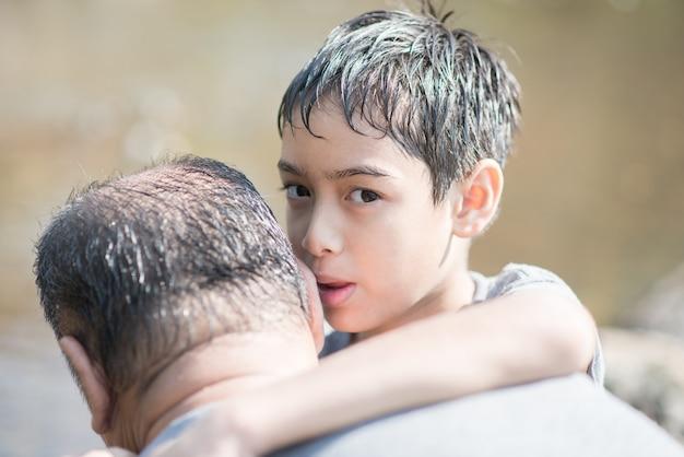 息子は愛をこめて父を抱擁 Premium写真