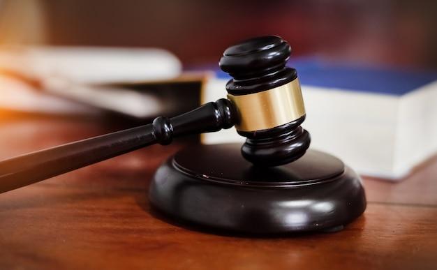 裁判官の小槌、正義のハンマー、法の概念 Premium写真