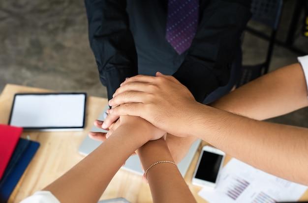 ビジネスグループの選択と集中の手で一緒に積み上げ Premium写真