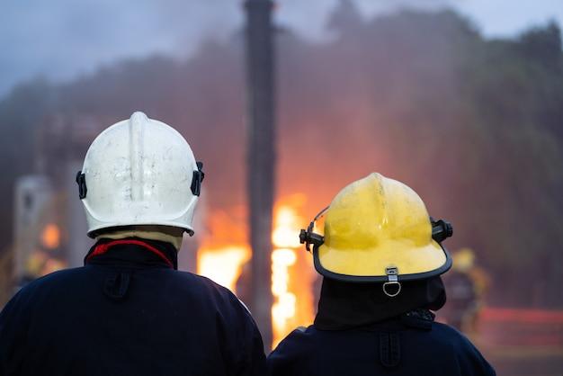 火事でチームワークを救う Premium写真