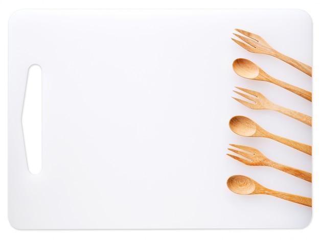 調理器具やまな板、木のスプーンとフォーク、食品についての台所用品のセット Premium写真