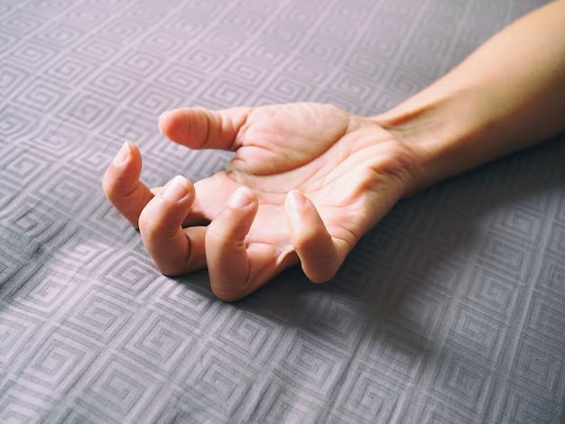 Рука конца-вверх взрослого азиата с изгибать пальцы. Premium Фотографии