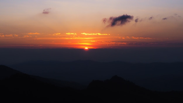 山の後の夕日の美しい風景 Premium写真