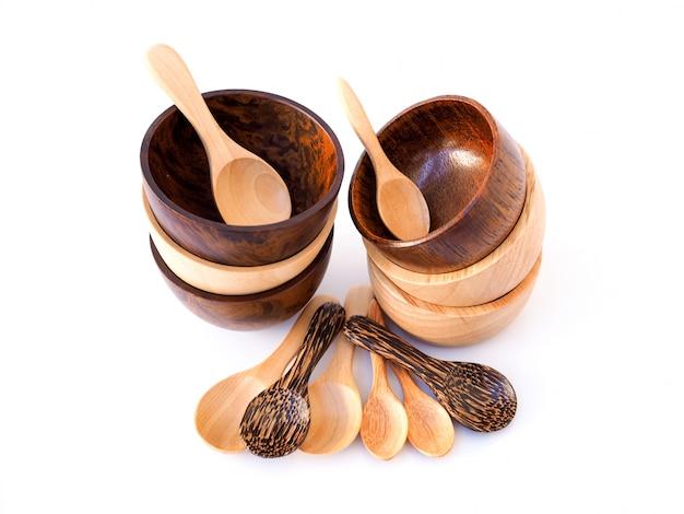 手作りの木製ダイニングセットカップ、ボウル、スプーン、白い表面に分離されて食べるための道具。 Premium写真
