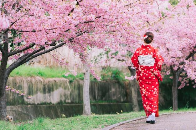 アジアの女性の桜の着物を着て、日本の桜。 Premium写真
