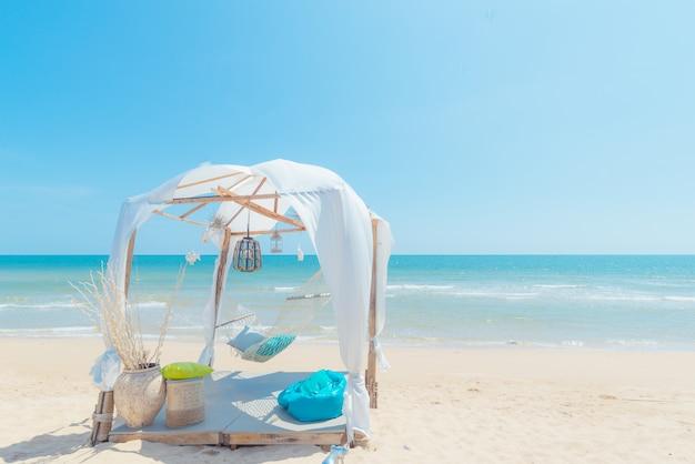 女性のビーチでハンモックでリラックス Premium写真