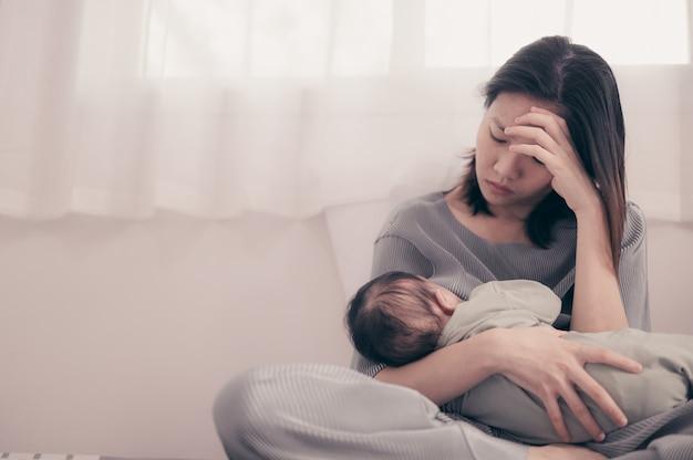 出産後のうつ病に苦しんでいる疲れた母親。 Premium写真