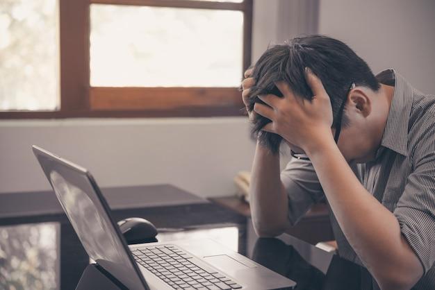 Бизнесмен, стресс с ноутбуком, работающий в офисе, стресс и переутомление Premium Фотографии