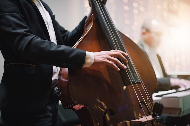 チェロを演奏する音楽家の手 Premium写真