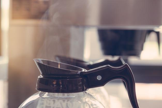 測定器と電気ガラスコーヒーポットのクローズアップ Premium写真