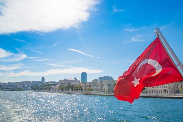 ボスポラス海峡のボートツアー、トルコの観光旅行。トルコの首都イスタンブール Premium写真
