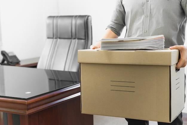 従業員梱包箱に怒って Premium写真