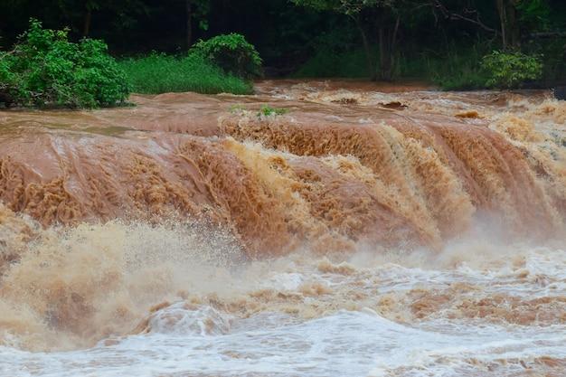 Внезапное наводнение - быстрая вода - в результате внезапного наводнения воздействие глобального потепления Premium Фотографии