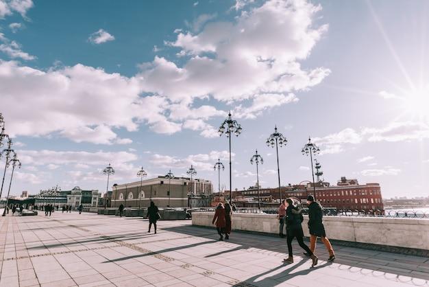 Городской пейзаж с видом на московский кремль и размышления в водах москвы-реки. Premium Фотографии