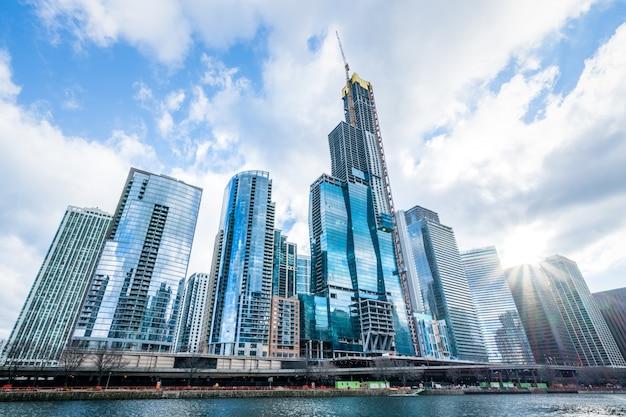 近代的なタワーの建物やビジネス街の高層ビル、シカゴ、アメリカ合衆国の晴れた日に雲の反射。 Premium写真