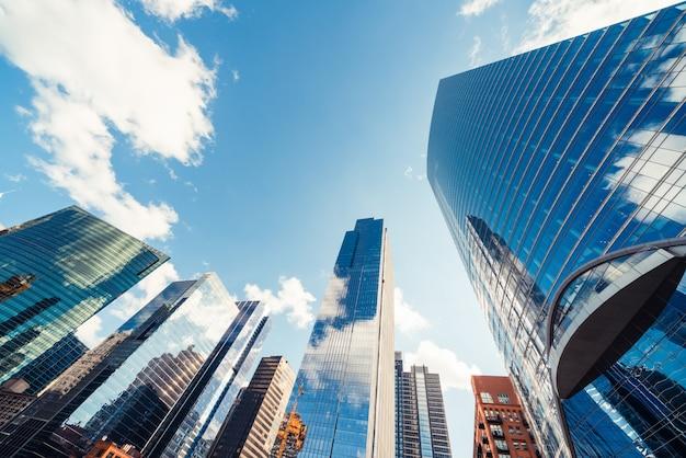近代的なタワーの建物やシカゴ、アメリカ合衆国の晴れた日に雲と金融街の高層ビル Premium写真
