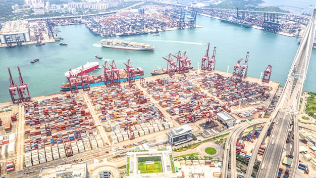 貨物コンテナー船と香港港工業地区 Premium写真