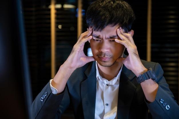 Бизнесмен, страдающий головными болями, концепция синдрома офиса Premium Фотографии