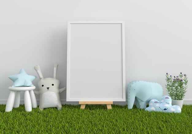 モックアップと人形の芝生の上の空白のフォトフレーム Premium写真