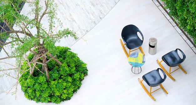 庭の喫煙エリア。 Premium写真