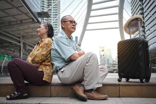 Муж и жена ссорятся и злятся каждый, путешествуя за границу. Premium Фотографии