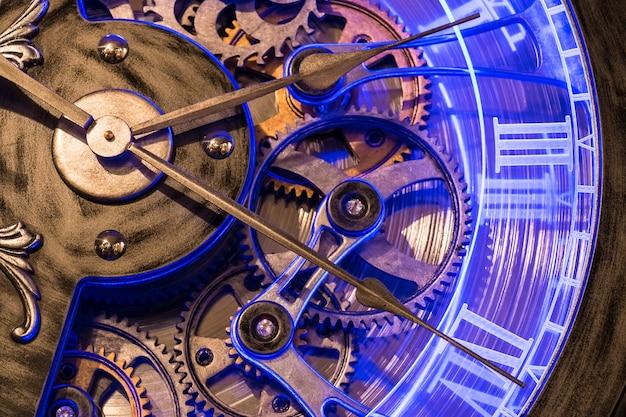 古い青銅の時計の表示ギアを閉じます。 Premium写真