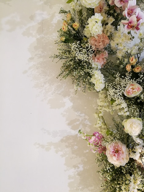 バラの花の咲く花と咲く花のお祝いの蘭、バレンタインと除草の概念が大好きです。 Premium写真