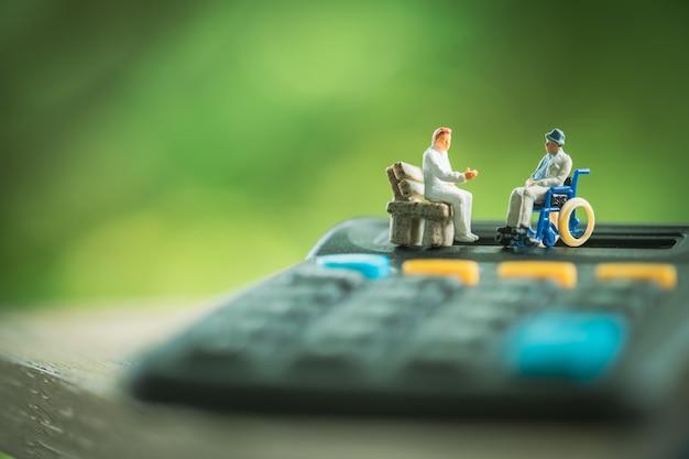車椅子の医師、医療ヘルスケアの概念とコンサルティングの先輩患者。 Premium写真