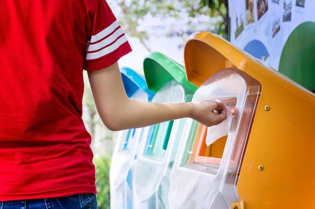 ゴミの分別によりゴミを捨てる。環境安全コンセプト Premium写真