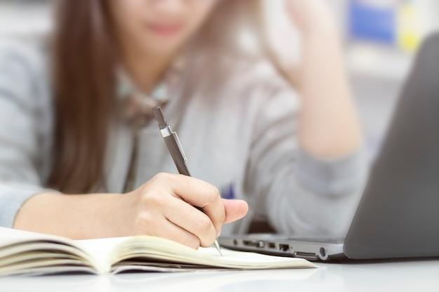 オフィスで本を書く実業家の手 Premium写真