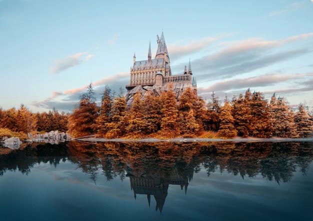 秋のユニバーサルスタジオジャパンのホグワーツ城 Premium写真
