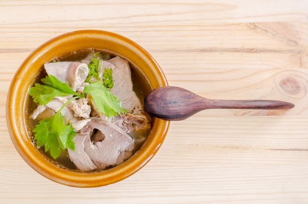 Суп из тушеной свинины с утренней славой и ростком фасоли на дереве Premium Фотографии