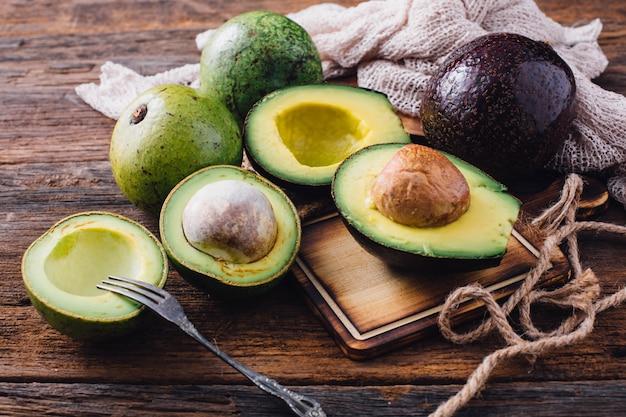 Авокадо на деревянном столе Premium Фотографии