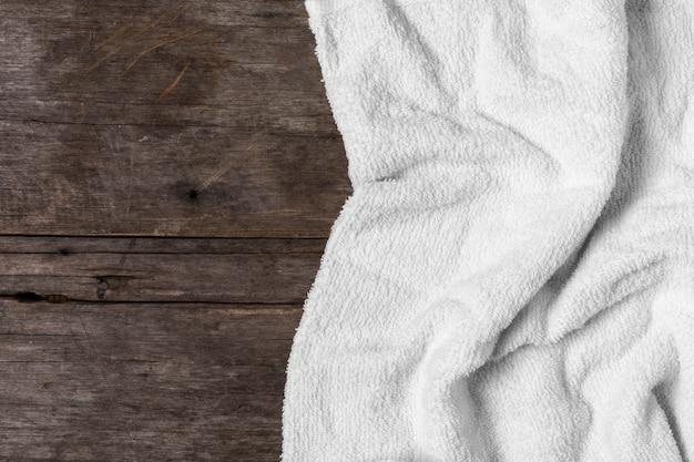 木製の背景に白いタオル Premium写真