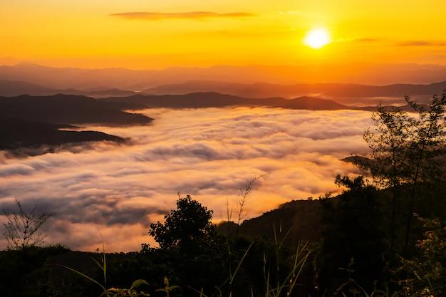 ミストと山々を見下ろす夕日 Premium写真
