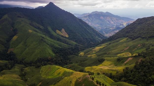 ナーン県タイの山の高角度のビュー Premium写真