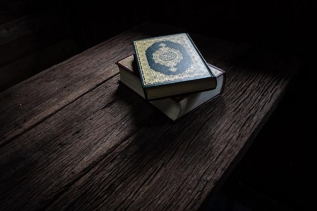 コーラン - イスラム教徒の聖典(すべてのイスラム教徒の公用品) Premium写真