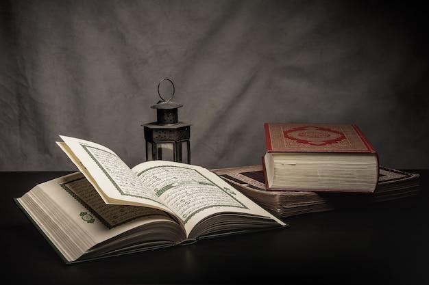 コーラン - テーブルの上のイスラム教徒(すべてのイスラム教徒の公用品)の聖典、静物 Premium写真