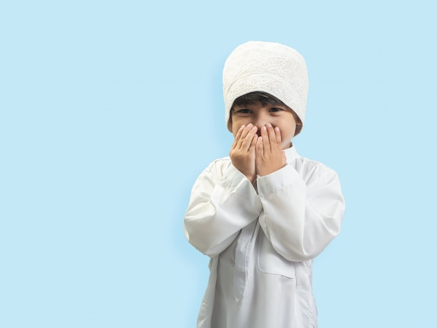 神に祝福を求めているイスラム教徒の少年 Premium写真