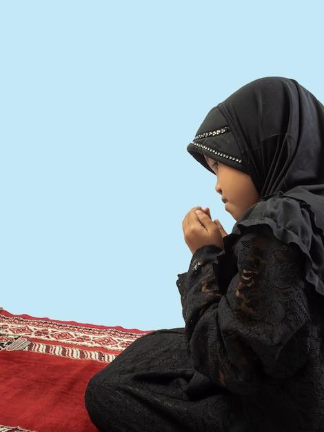 祈るドレスのイスラム教徒の少女 Premium写真