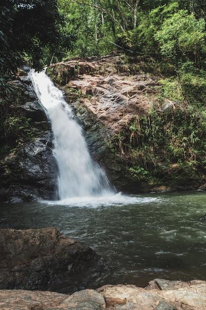 美しい滝 Premium写真